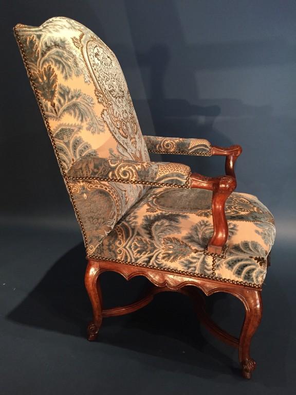achat vente si ges paire de larges fauteuils de chemin e en noyer provence p r gence. Black Bedroom Furniture Sets. Home Design Ideas
